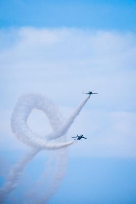 soku_33121.jpg :: ブルーインパルス バレルロール 飛行機 航空機 T.4 航空自衛隊 コークスクリュー