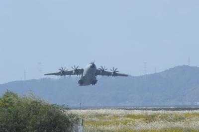 soku_33172.jpg :: 美保 乗り物 交通 航空機 飛行機 軍用機 Airbus A.400M 輸送機 離陸