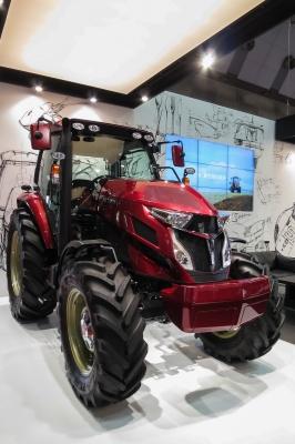 soku_33183.jpg :: 東京モーターショー 乗り物 交通 自動車 重機 農機 トラクター 働く車 YANMAR ヤンマー 燃える男の赤いトラクター