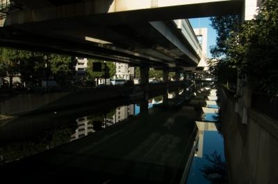 soku_33262.jpg :: 風景 街並み 都市の風景 首都高速 高架下 河川 水面 水鏡