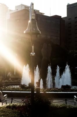 soku_33317.jpg :: 風景 街並み 公園 噴水 アイフォン 逆光 公園 横浜山下公園