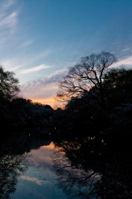 soku_33471.jpg :: 風景 自然 空 日没 マジックアワー 残照 水面 水鏡