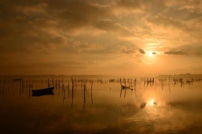 soku_33671.jpg :: 風景 自然 空 朝日 朝焼け 日の出 水鏡 ベタ凪