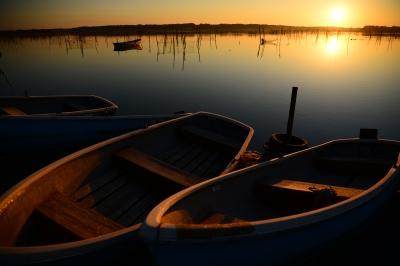 soku_33684.jpg :: 風景 自然 空 朝日 朝焼け 日の出 湖 ボート 水面 水鏡