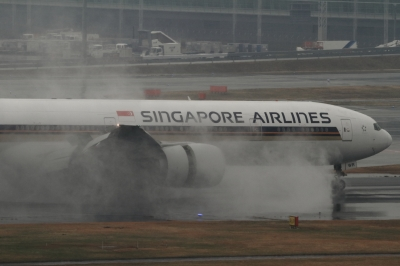 soku_33691.jpg :: SIA B777/HND 乗り物 交通 航空機 飛行機 旅客機 雨