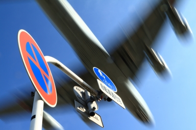 soku_33723.jpg :: 厚木 海上自衛隊 乗り物 交通 航空機 飛行機 軍用機 対潜哨戒機 P-1 乗り物 交通 交通イメージ 道路標識