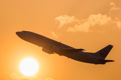 soku_33760.jpg :: FUK 乗り物 交通 航空機 飛行機 旅客機 風景 自然 空 夕日 夕焼け 日没