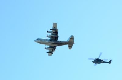 soku_33780.jpg :: 小牧基地 オープンベース予行 乗り物 交通 航空機 飛行機 軍用機 輸送機 C.130H ハーキュリーズ 救難ヘリコプター UH.60J