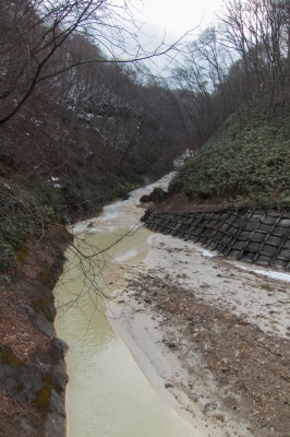 soku_33802.jpg :: 建築 建造物 ダム 品木ダム 上流 草津温泉酸性中和用沈殿ダム 温泉排水