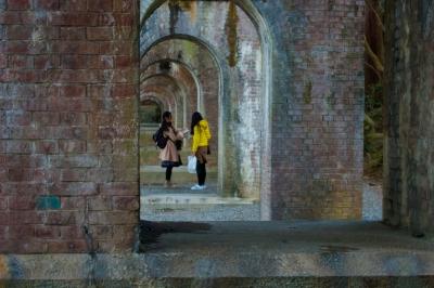 soku_33812.jpg :: 建築 建造物 歴史的建造物 赤レンガ 人物 女性 若い女性