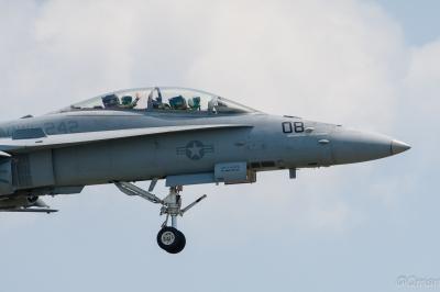 soku_33949.jpg :: IWAKUNI FSD F/A.18C FA.18 Hornet 乗り物 交通 航空機 飛行機 軍用機 岩国基地 お手振り
