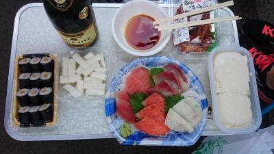 soku_34059.jpg :: 秋ヶ瀬 レジャー ピクニック 刺し身 豆腐 お新香 納豆巻き スパークリングワイン