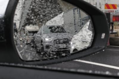 soku_34444.jpg :: 風景 郊外 車 ドライブ アウディ Audi Q5 スパイショット サイドミラー越し フロント