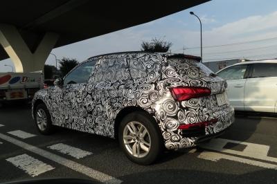 soku_34453.jpg :: 風景 郊外 車 アウディ ドライブ Audi Q5 スパイショット 全形 サイドバック