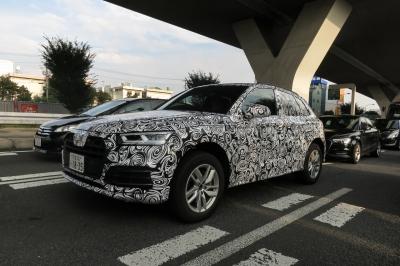 soku_34454.jpg :: 風景 郊外 車 アウディ ドライブ Audi Q5 スパイショット 全形 フロントサイド 後続A3 同伴車