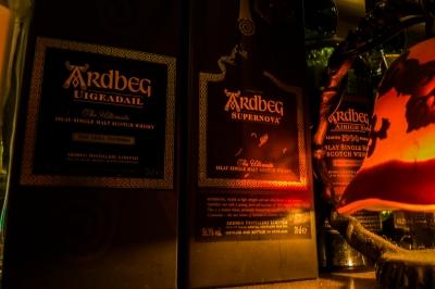 soku_34754.jpg :: 風景 街並み 店舗 飲食 バー ウイスキー アードベッグ(^.^)