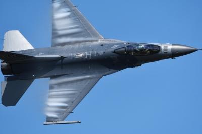 soku_35222.jpg :: 三沢基地航空祭 戦闘機 F-16 乗り物 交通 航空機 飛行機 軍用機 ベイパー