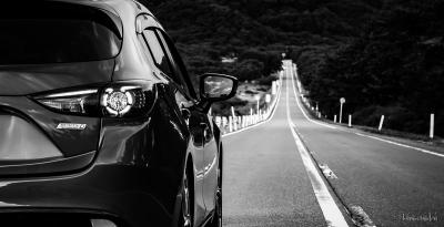 soku_35253.jpg :: 風景 郊外 車 ドライブ モノクロ MAZDA SKYACTIV