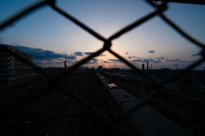 soku_35837.jpg :: 三鷹ヤード 夕焼け 電車 金網