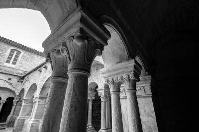 soku_35879.jpg :: ル・トロネ修道院 回廊 石柱 白黒 風景 街並み 郊外の風景 外国 モノクロ