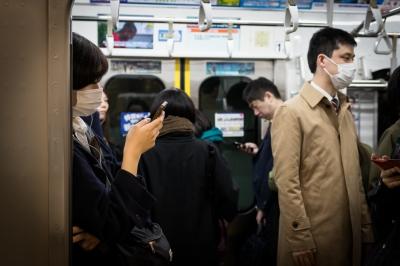 soku_36388.jpg :: 井の頭線 渋谷 スマホ 人物 マスク